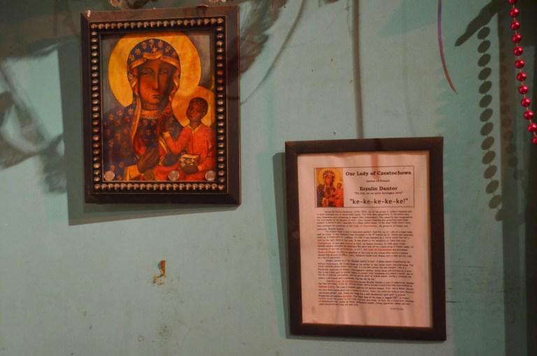 Obraz Czarnej Madonny i eksponaty voodu w Nowym Orleanie