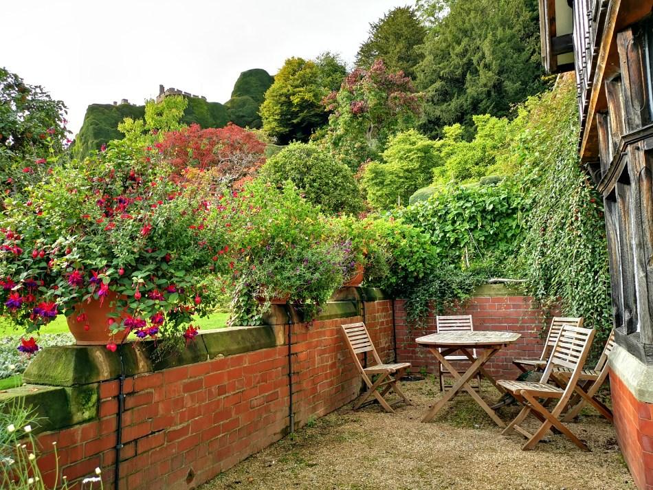 Uroczy zakątek przy wiejskim domku w dolnej partii ogrodów