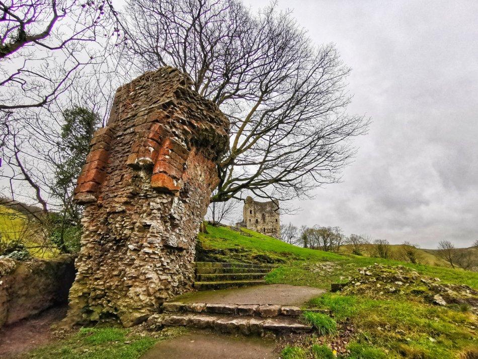 kamienne pozostałości zamku Peveril