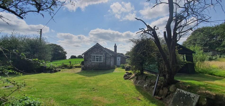 wędrówka po Bickerton Hill - domek na uboczu