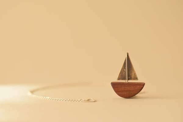 collar barco de madera y cadena de plata