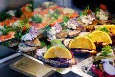 덴마크의 오픈 샌드위치 스뫼레브뢰 먹기