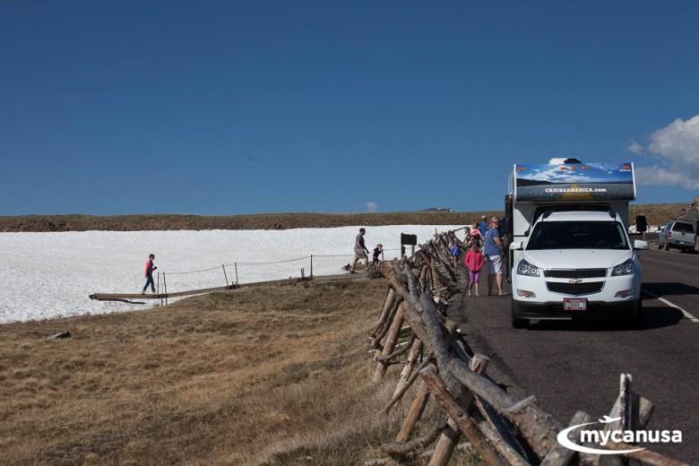 Rocky Mountain Nationalpark mit dem Wohnmobil am Schneefeld