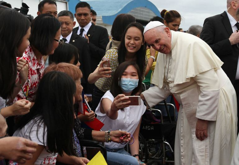 PAPAL SELFIE. Pope Francis lets a woman later reported by a TV station as having kidney disease take a selfie with him. (Malacañang photo)