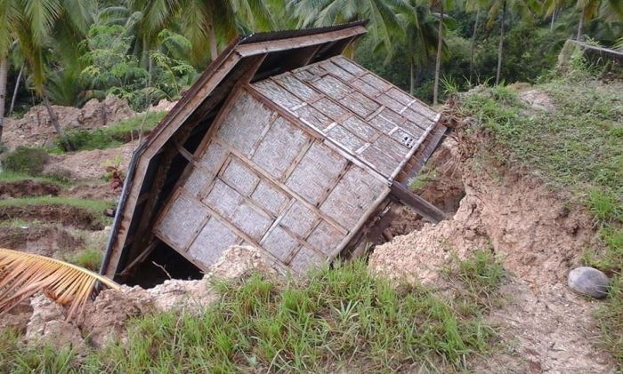 IN ARGAO. A sinkhole topples a hut after tropical storm Seniang hit the area. (Photo by Evelyn Llevado Remando)