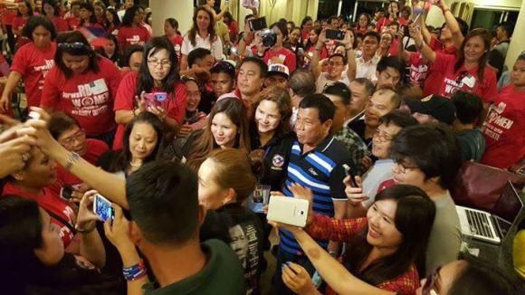 SIGNED. Mayor Rodrigo Duterte flew to Cebu City late Wednesday night to seal his alliance with One Cebu. (Photo from Cebu for Duterte Facebook page)