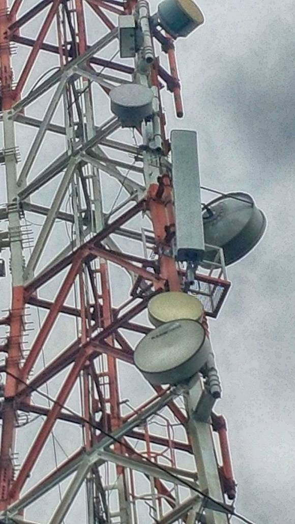 NEW CELL SITE. Photo shows the 700MHz antenna, 2.5 meters in height, mounted on a Globe cell site in Diliman, Quezon City.