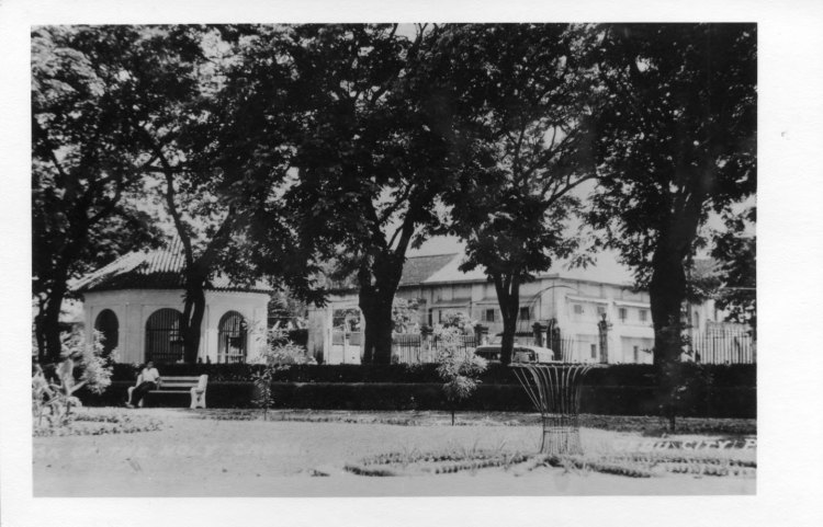 MAGELLAN'S CROSS. This undated photo shows a view of the cross from Cebu City Hall. Behind it is the Basilica Minore del Sto. Niño convent. (Photo from the Cebuano Studies Center of the University of San Carlos)