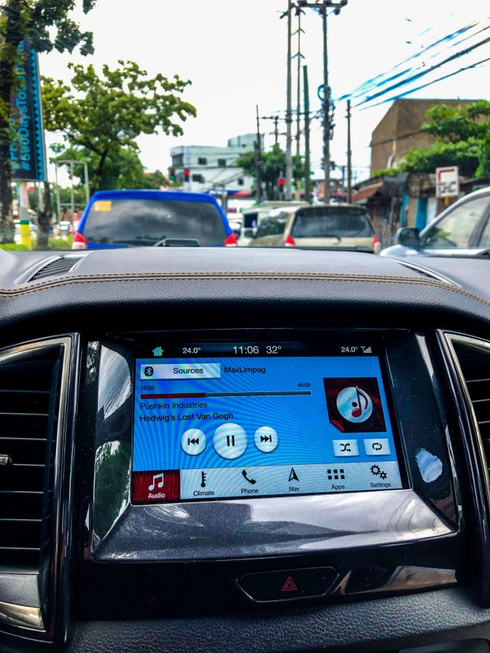 LARGE DISPLAY. Whether to control such things as the temperature inside the car, navigate to a place or to play your Spotify list or, as in this case, a podcast episode, Ford's large dashboard display makes it enjoyable and easy.