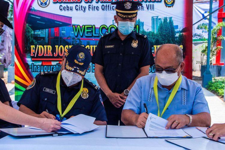 SIGNING. BFP Director Jose Embang, Jr. and Cebu Business Park Board member Prudencio Gesta sign the Deed of Usufruct.