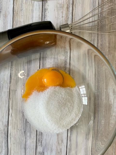 Huevos y azúcar para batir