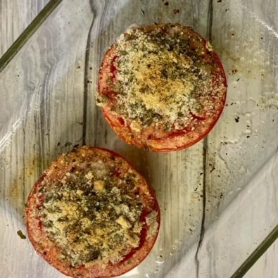 Tomates a la provenzal recién salidos del horno