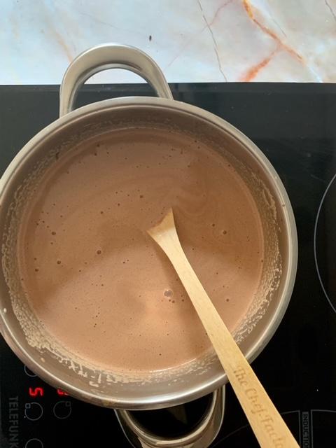 Fundimos la leche junto al chocolate