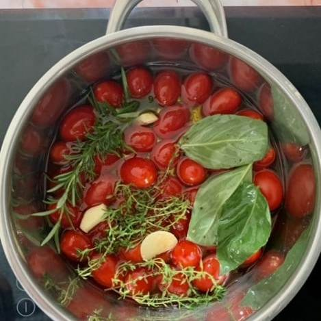 Ponemos al fuego los tomates cherry junto a las hierbas