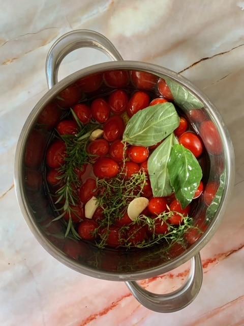 Añadimos el aceite cubriendo los tomates