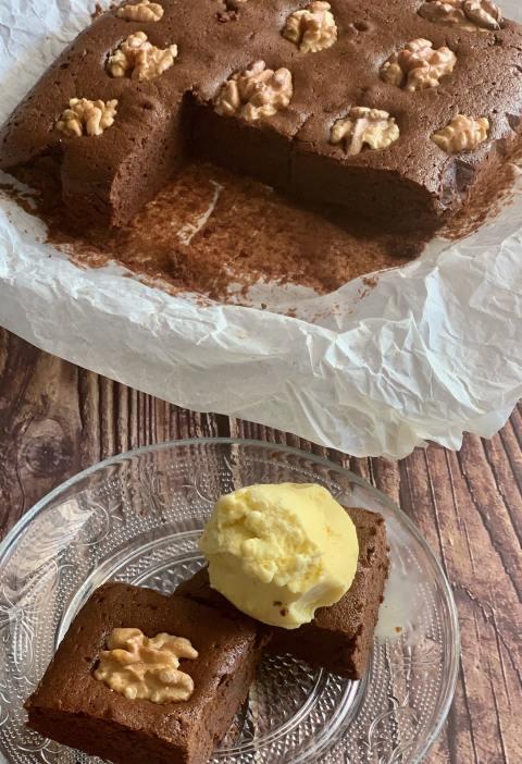 Brownie de Chocolate con nueces acompañado de Helado de vanilla