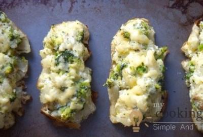Baked Potatoes With Cheddar, Broccoli And Cream Yogurt