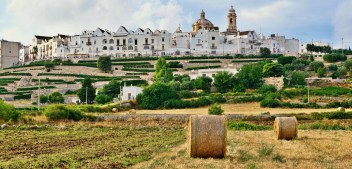 "What to see in Locorotondo, the ""round"" village of Apulia"