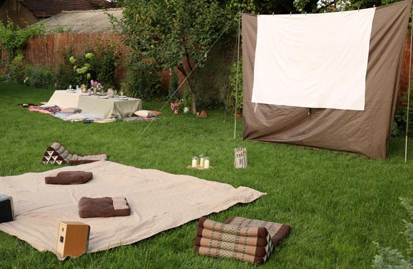 Summer outdoor movie night in the backyard | My Cosy Retreat