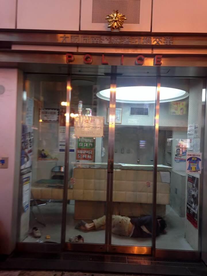 Un gars qui dors tranquillement dans le poste de police la nuit.