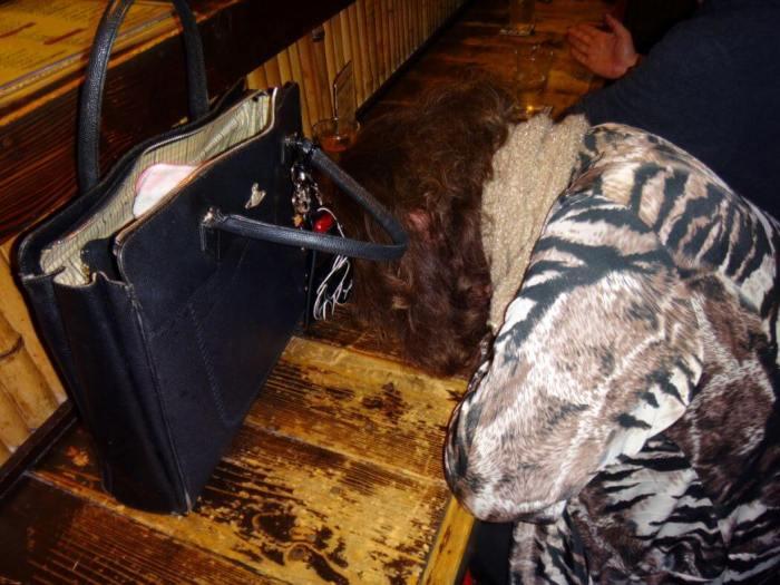 Dormir au comptoir du bar : Un classique au Japon.