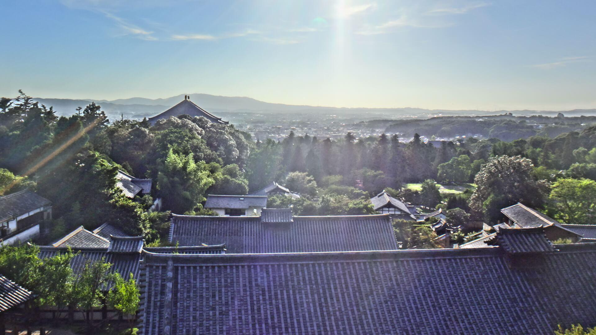 Vue sur la vallée de Nara avec la ville en contrebas.