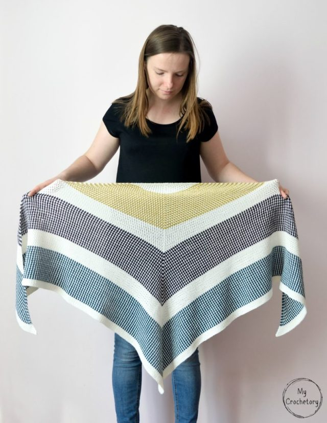 Triangle Moss Stitch Shawl - free crochet pattern for the moss stitch lovers by www.mycrochetory.com