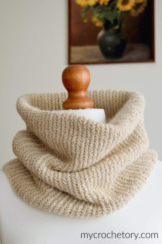 Herringbone crochet cowl free crochet pattern made from a rectangle. Modern and elegant crochet accessory easy to adjust.