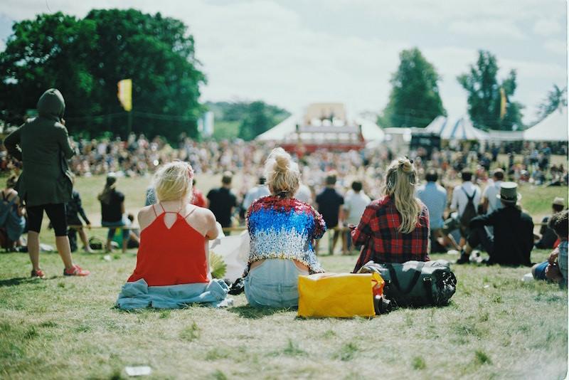 festival-zomer-seizoen-vrienden-meiden-outfits-kleding-zon