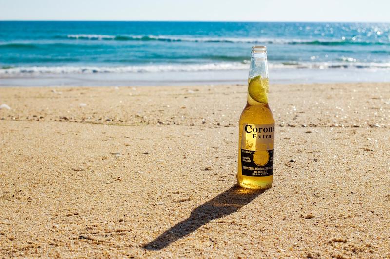 strand-bier-corona-zee-kust-oceaan-zon-zand