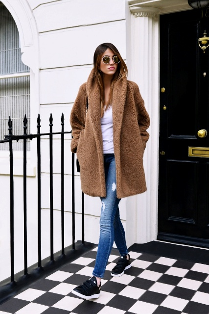 oversized brown teddy bear coat, white-t, skinny jeans, black sneakers