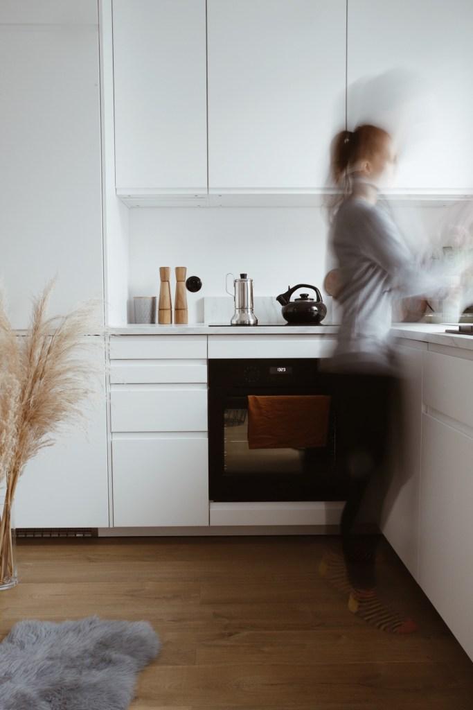 biała minimalistyczna kuchnia w bloku