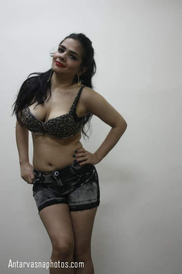 bra and shorts me pose deti call girl