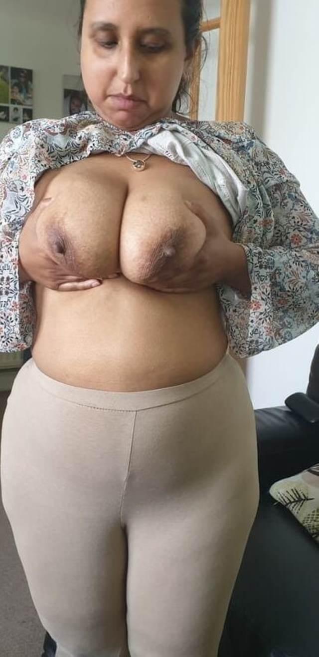 apni boobs pichkati sexy aunty ki photos