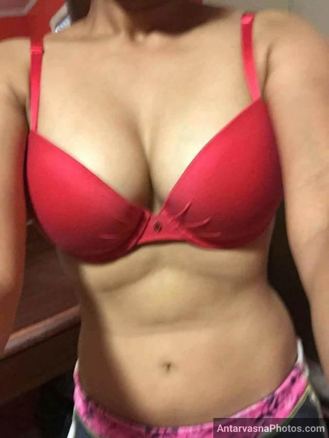 red bra me apni sexy figure ki selfie leti hot babe
