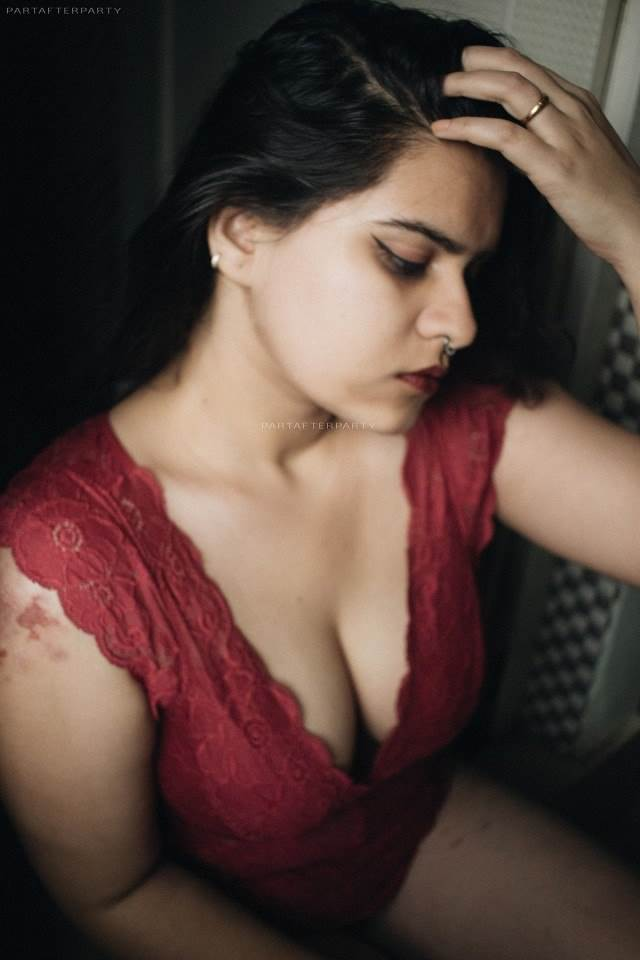 red hot nighty me apne boobs ki ghati dikhati model