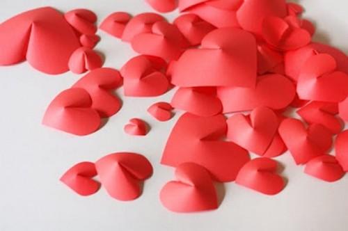 Διακόσμηση τοίχου με DIY 3D  χάρτινες καρδιές για την ημέρα του Αγίου Βαλεντίνου4
