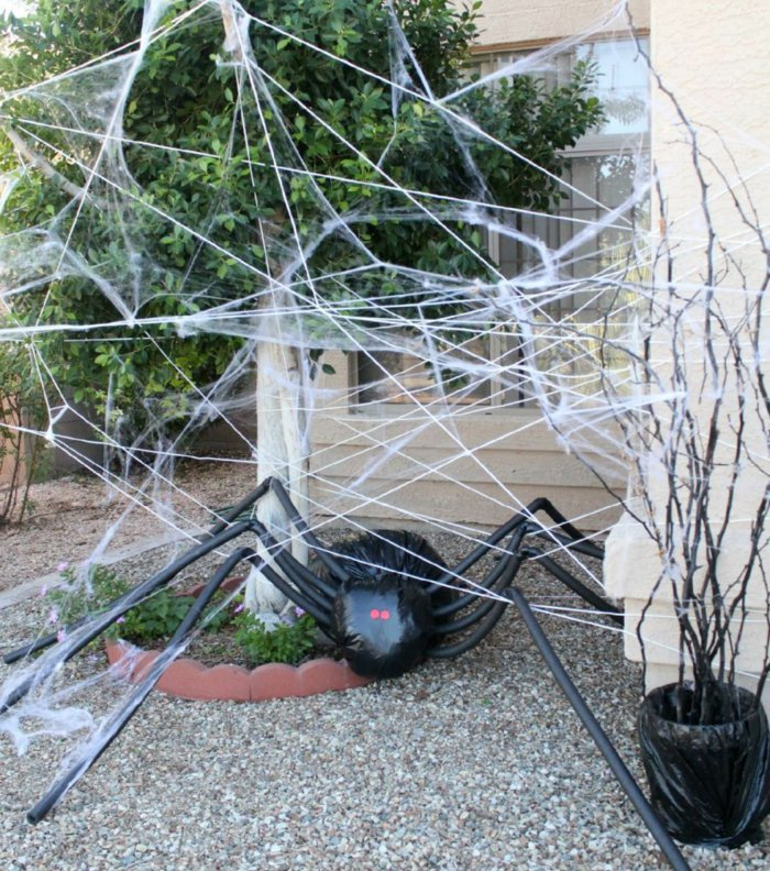 DIY Halloween decoration for a spooky outdoor atmosphere4