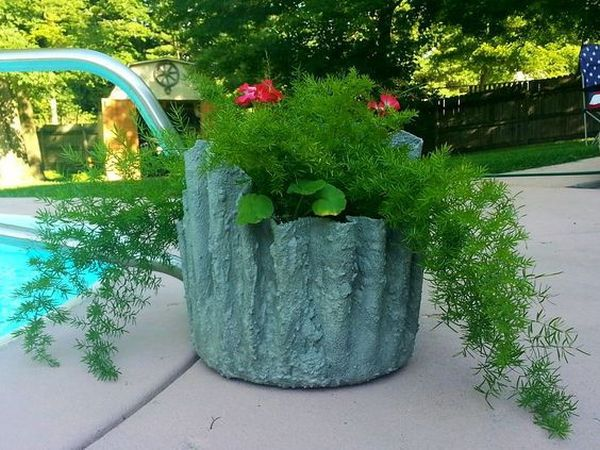 diy pots in the garden made of cement and old clothes (14)
