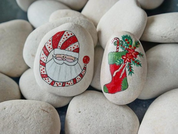 Christmas painting on stones and pebbles (6)