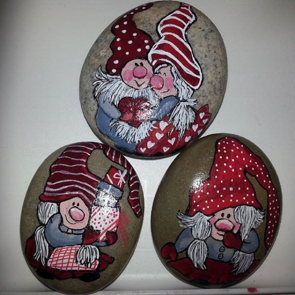 Christmas painting on stones and pebbles (87)