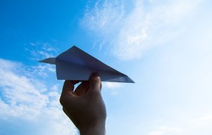 紙飛行機と空