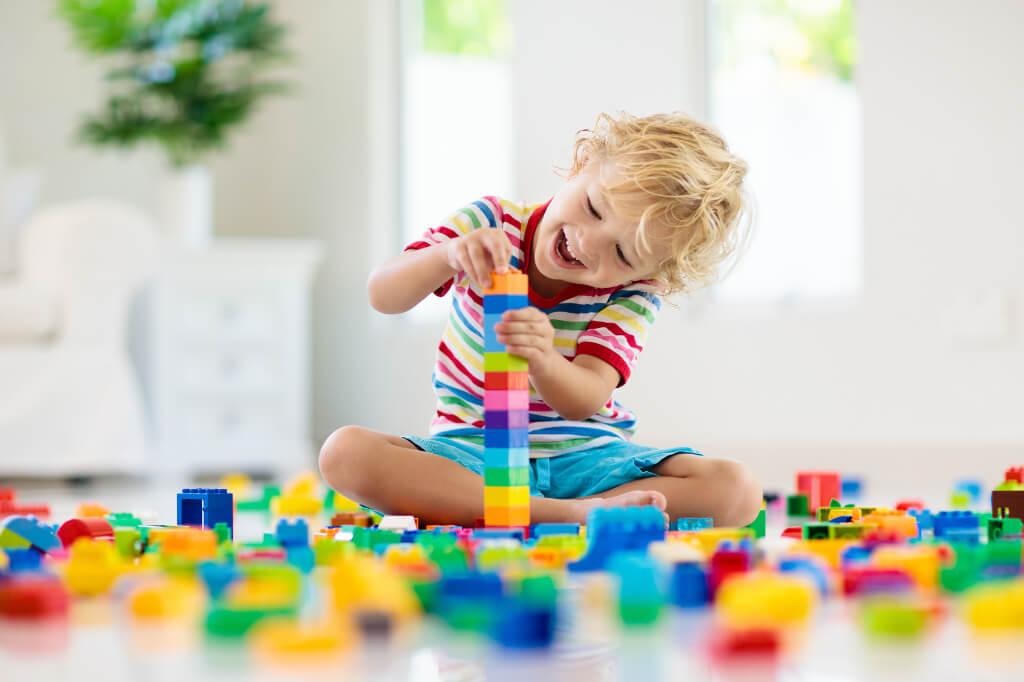 Kind spielt mit Lego