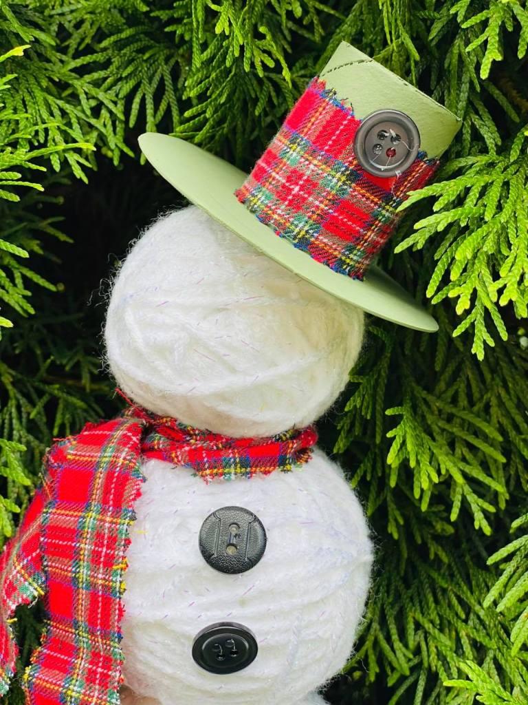 yarn ball snowman made with styrofoam balls ##yarnballsnowman #styrofoamcrafts #styrofoamballsnowman