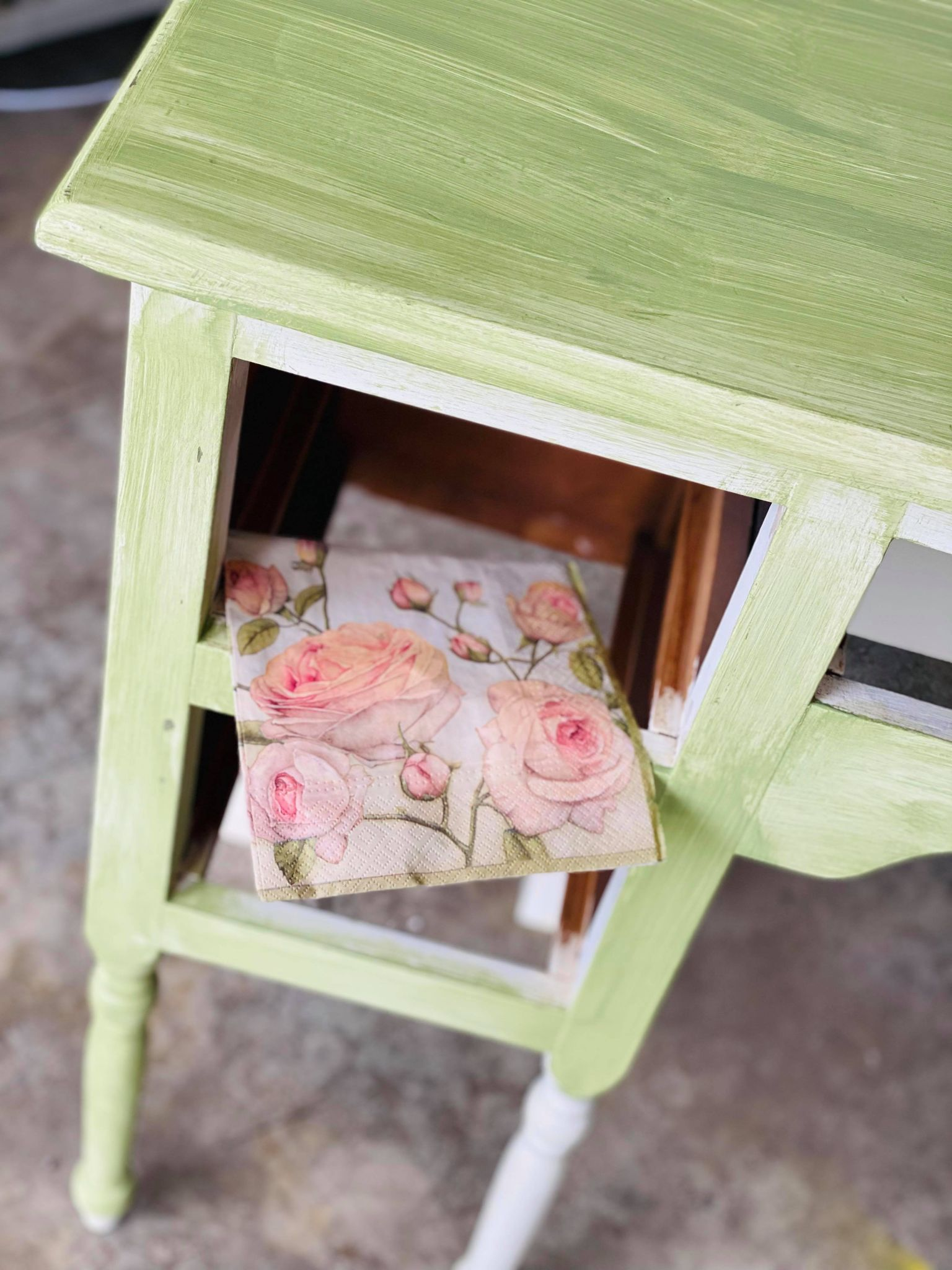 Read more about the article A Gorgeous Vanity Table Makeover You'll Love!