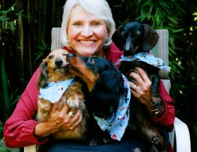Author Kizzie Jones with dachshund friends. (Photo courtesy her website).