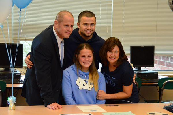 Schultz with her family including her mom Kelley, twin brother Spencer, and dad Brian.