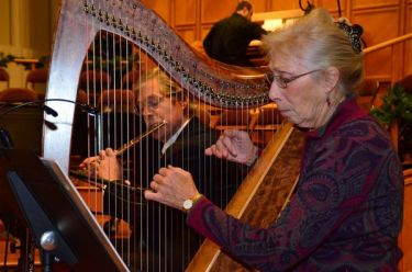 As the evening got underway, music was provided by flutist Eric Leberg and harpist Ginny Burger.