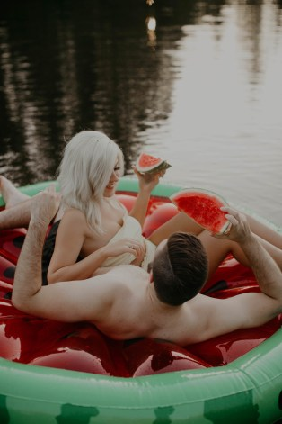 summer-on-the-lake-engagement-photos-18