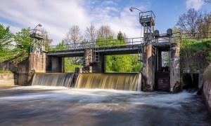 Wehr am Fluss (Symbolfoto)